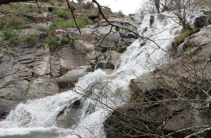 Otra perspectiva de la Cascada del Calderón senderismo en el Jerte