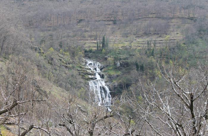 Vista de la Cascada del Caozo desde la ruta senderismo en el Jerte