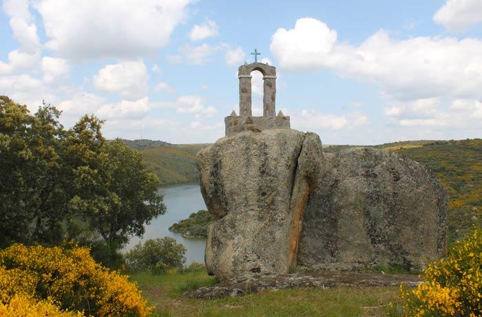 Restos de la ermita de San Vicente Cascada de Abelón