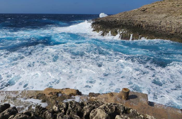 Mal estado del mar en la piscina natural de Wied iz-Zurrieq Gruta Azul Malta
