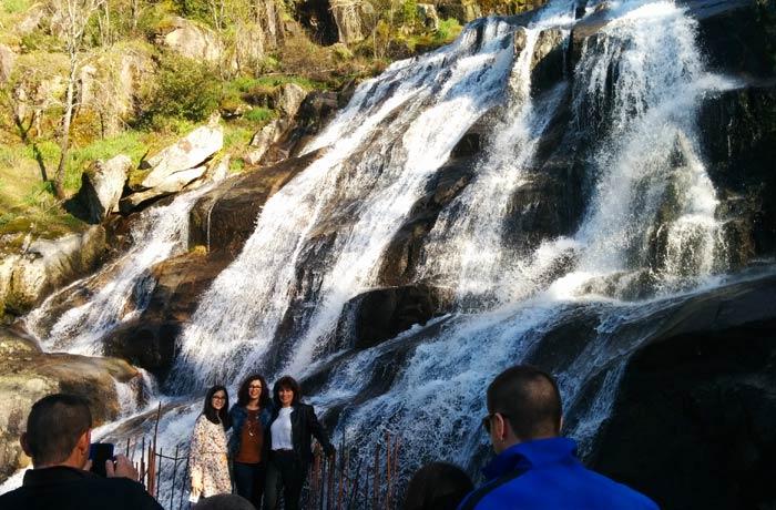 Visitantes en la pasarela de hierro de la Cascada del Caozo