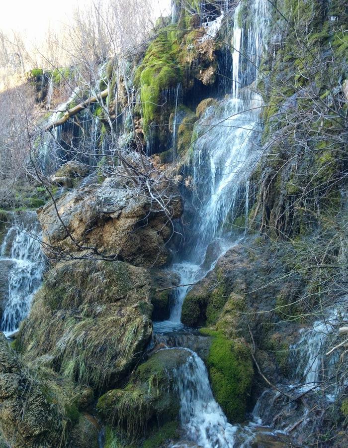 Detalle de la cascada principal del nacimiento del río Cuervo