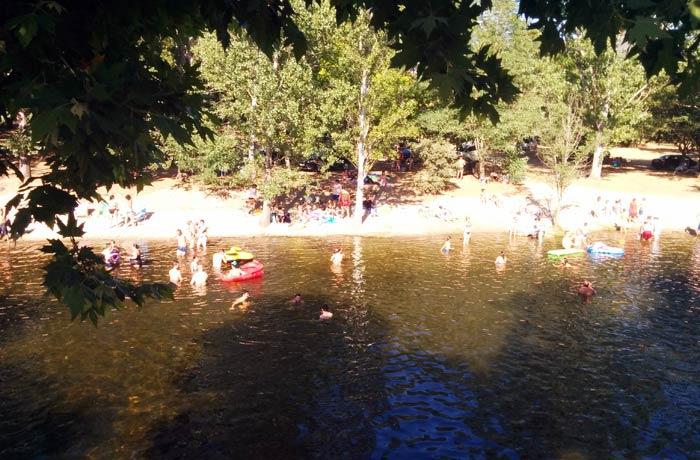 Bañistas en las aguas de la piscina natural de Riomalo de Abajo