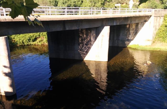 Puente sobre la carretera que llega desde la provincia de Salamanca encima de la piscina natural de Riomalo de Abajo
