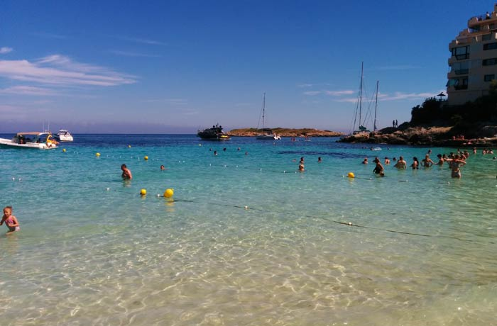 Aguas cristalinas de la playa de Illetes Mallorca