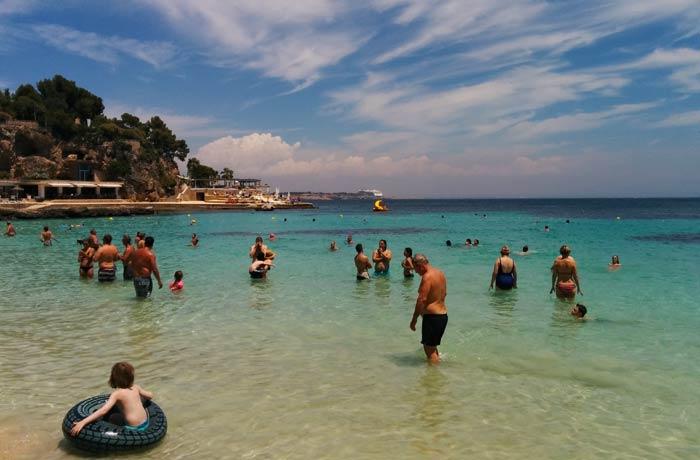 Bañistas en la playa de Illetes Mallorca