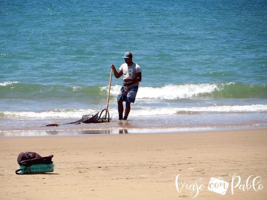 Un coquinero haciendo su trabajo en la playa de La Flecha de El Rompido playas de Huelva