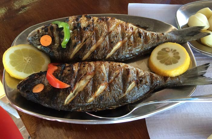 Doradas a la brasa del restaurante do Sebastiao comer en el Algarve
