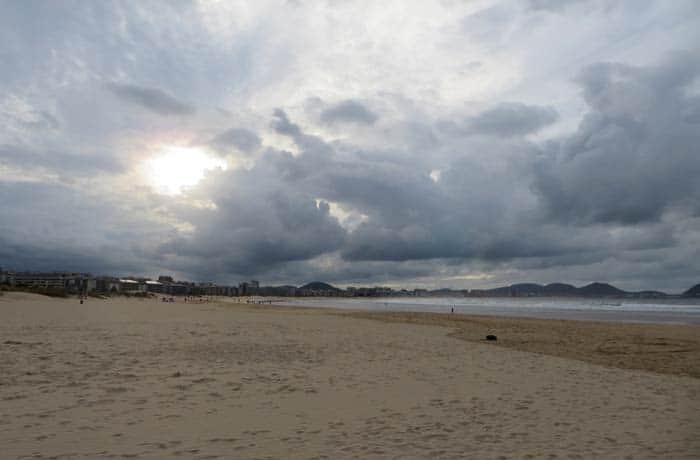 La playa de Laredo en un día nublado