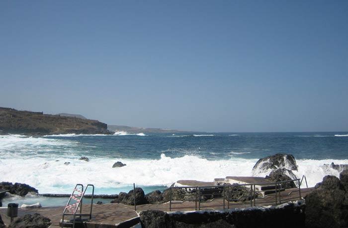 Las olas rompen contra las piscinas de Garachico qué ver en Tenerife