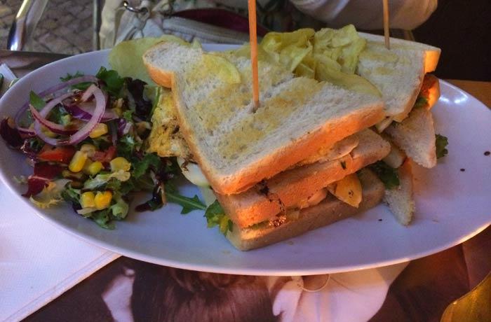 Sándwich del restaurante Miam Miam Glou Glou comer en el Algarve