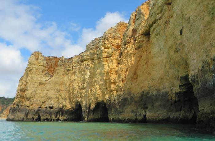 Uno de los espectaculares acantilados que se ven en el paseo de las grutas de Lagos