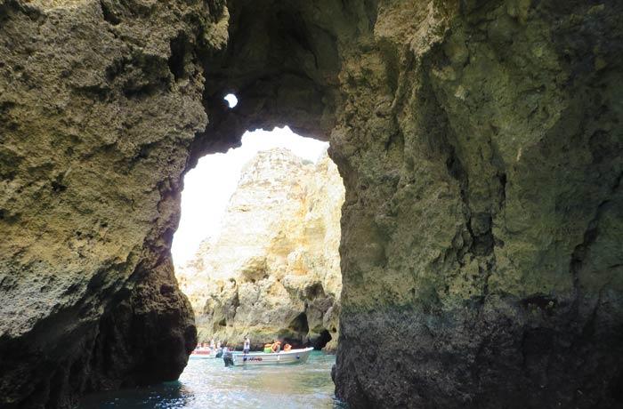 Vista desde dentro de una de las grutas de Lagos