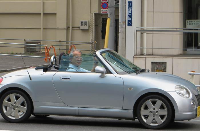 Este conductor nos saluda desde su coqueto coche Japón por libre