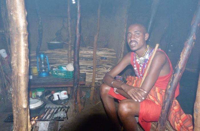 Salau, jefe de la tribu Masái, nos muestra el interior de su pequeña casa
