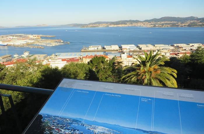 Panel informativo y vistas de la ría de Vigo Monte del Castro