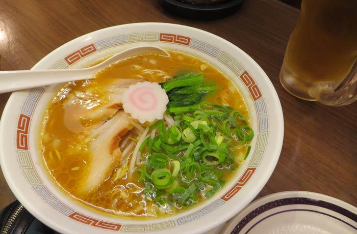 Un sopa con con fideos soba, verdura y carne Japón por libre