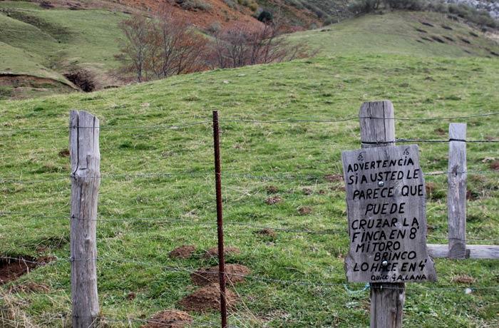 Advertencia graciosa en una finca ruta Lago del Valle