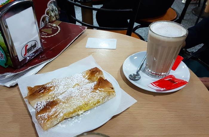 Café galao y pastel de Tentúgal comer en Coimbra