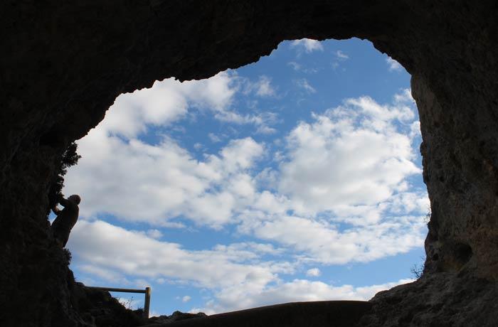 Una de las aberturas de la roca que forma el Ventano del Diablo