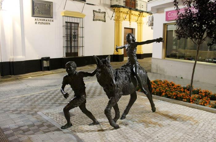 """""""Idilio de abril"""" de Pedro Requejo en la plaza de Nuestra Señora de Montemayor qué ver en Moguer"""