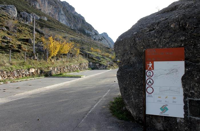 Inicio de la ruta al Lago del Valle y aparcamiento a la izquierda