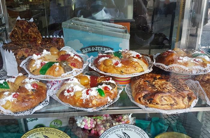 Roscones y otros dulces expuestos en la Pastelaria Briosa comer en Coimbra