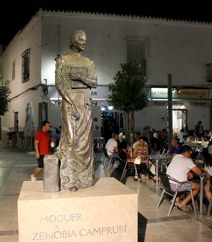 Escultura de Zenobia Camprubí de Pablo Vallejo, Francisco Díez y José Luis Rosado en la plaza del Marqués qué ver en Moguer