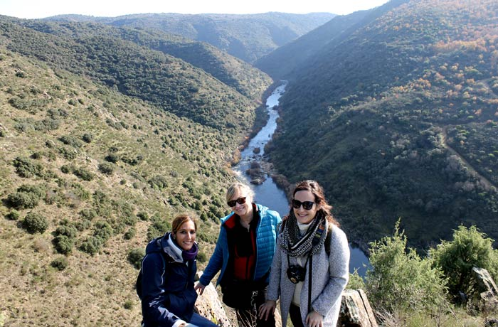 Estefanía, Lola (elliodeabi.com) y Lorena (laratonaviajera.com) posando ante el paisaje de las Arribes del Águeda