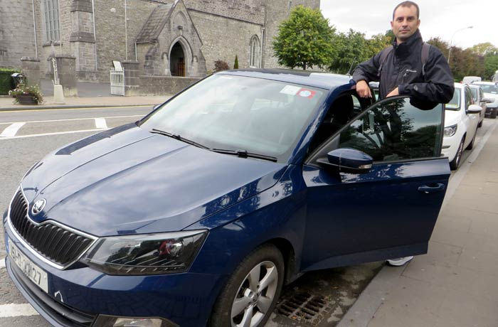 Pablo con el coche de alquiler una semana en Irlanda