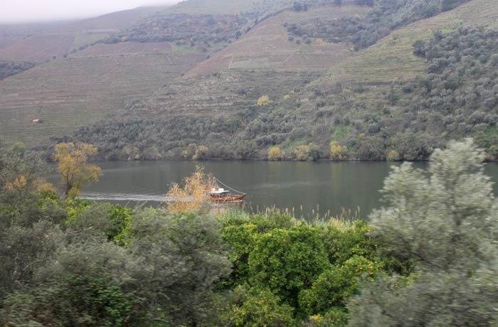 Un pequeño barco visto desde el tren Pocinho Regua