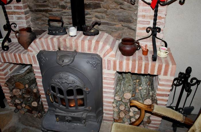 Estufa de leña en la Posada de los Aceiteros