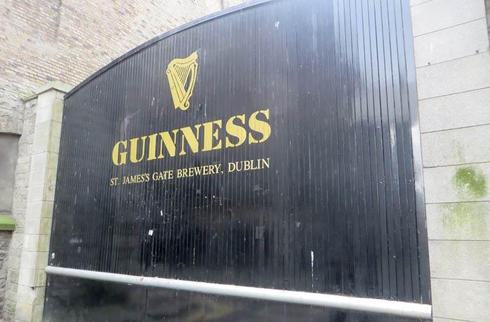 Una de las puertas de la fábrica de Guinness una semana en Irlanda