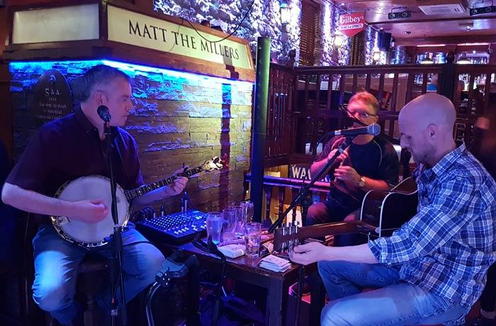 Música en directo en Matt the Millers en Kilkenny una semana en Irlanda