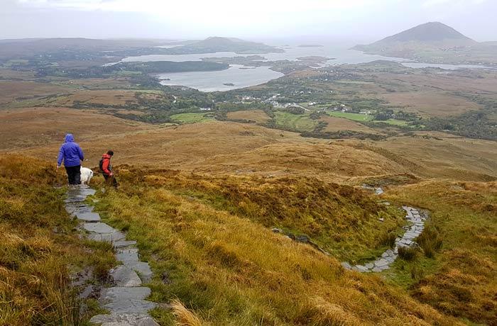 Sendero de bajada de Diamond Hill, en el Parque Nacional Connemara una semana en Irlanda