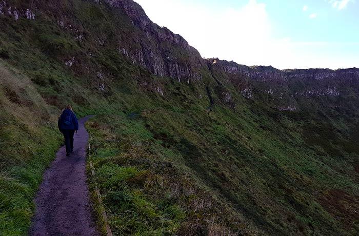 Sendero en la Calzada del Gigante una semana en Irlanda