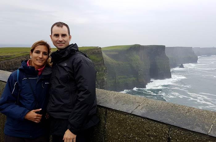 Estefanía y Pablo en los acantilados de Moher una semana en Irlanda