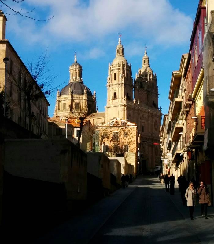 Calle Palominos con la Clerecía al fondo Salamanca San Valentín