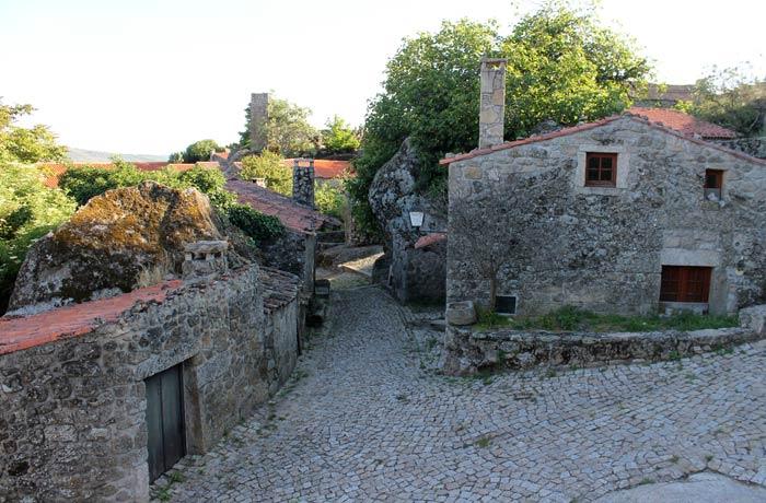 Una de las calles empedradas de Sortelha Portugal