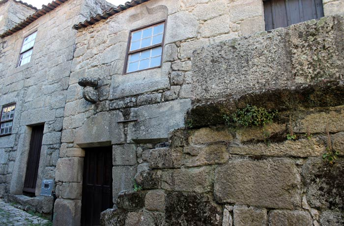 Casa con ventana manuelina Sortelha Portugal