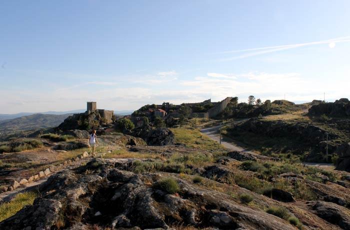 Estefanía caminando por el paisaje granítico de Sortelha Portugal