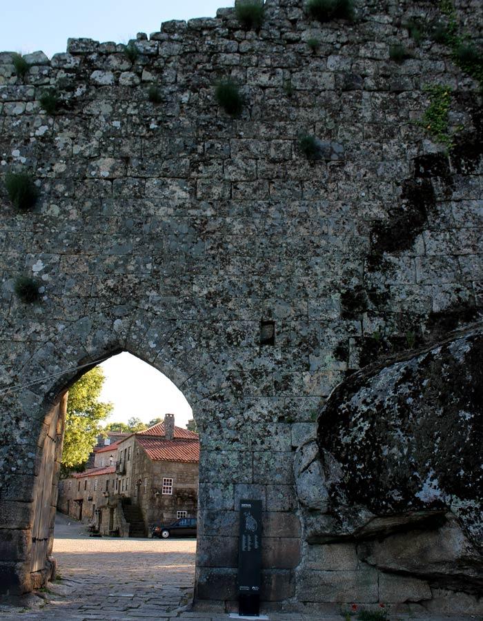 Entrada a Sortelha y panel con plano de situación e información turística Sortelha Portugal