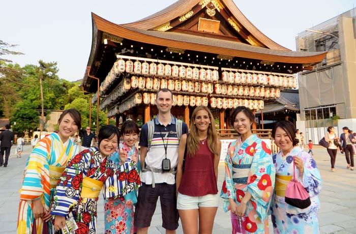 Posando con unas agradables jóvenes vestidas de geishas en el parque de Maruyama, en Kioto curiosidades de Japón