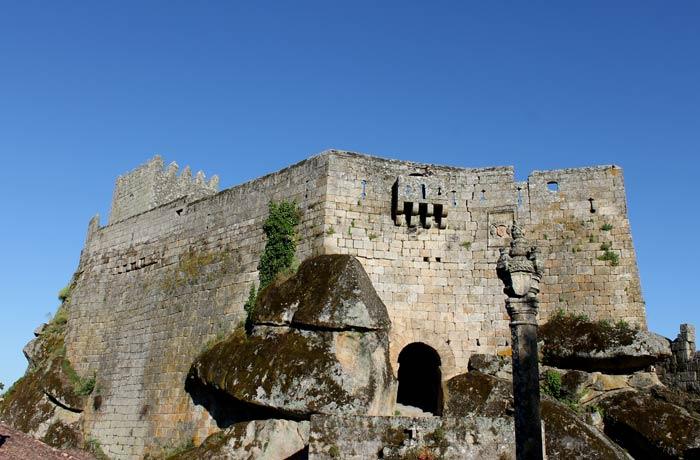 Puerta de entrada al castillo Sortelha Portugal