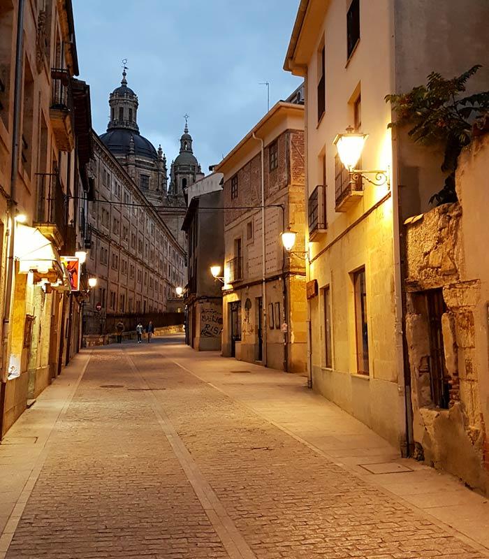 Solitaria calle Serranos Salamanca San Valentín