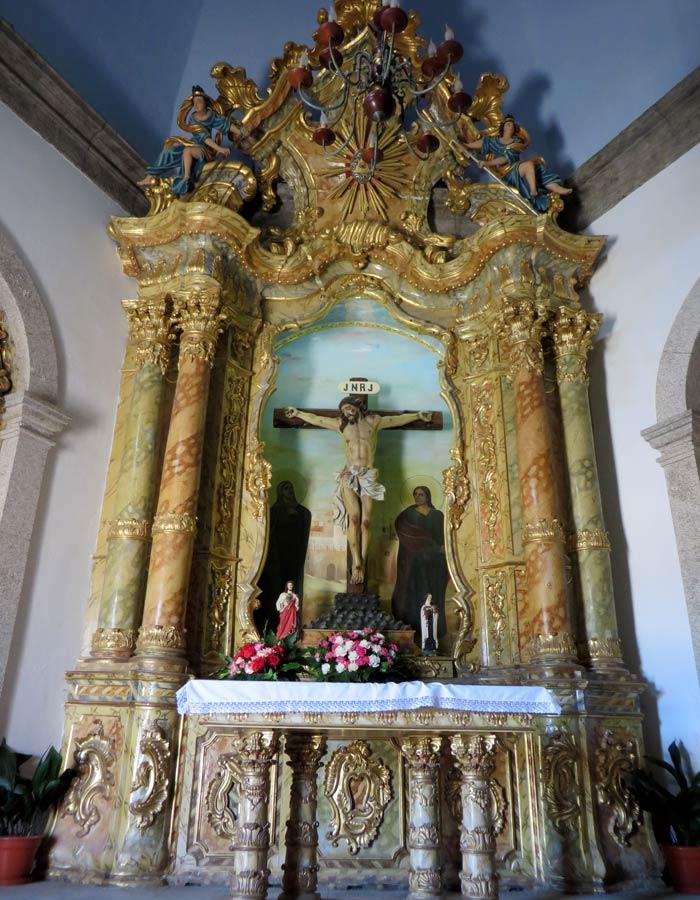 Altar central de la Capela do Senhor da Pedra con la imagen de un crucificado