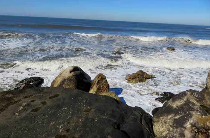 Atlantico y rocas donde se ven las huellas de animales en la parte posterior de la capilla Capela do Senhor da Pedra