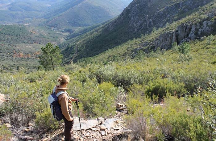 Estefanía mirando el sendero de bajada desde la Portilla Bejarana hasta la pista que enlaza con el camino de La Alberca a Herguijuela Portilla Bejarana