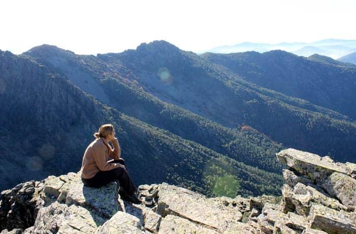 Estefanía contemplando el paisaje desde uno de los riscos Portilla Bejarana