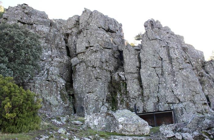 Jaula para anillar animales junto a unas rocas características de Las Batuecas Portilla Bejarana